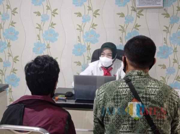 Korban saat melakukan laporan kepada Unit PPA Polres Malang (foto: Hendra Saputra/MalangTIMES)