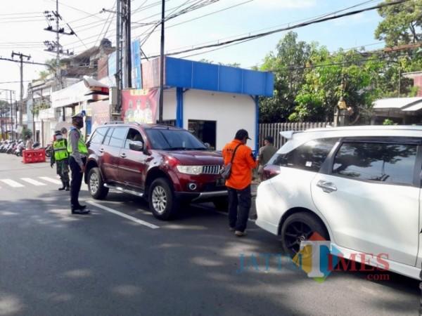 Petugas gabungan saat melakukan Operasi Ketupat Semeru di pertigaan Pendem, Kecamatan Junrejo. (Foto: Irsya Richa/MalangTIMES)