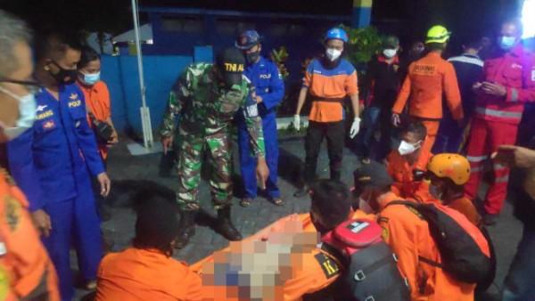 Proses evakuasi jasad korban terseret ombak Pantai Sendiri saat ditemukan, Minggu (16/5/2021) (Ist.)