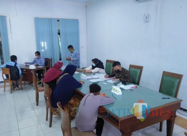 Suasana saat para orang tua murid tengah melakukan pendaftaran di Disdikbud Kota Malang melalui jalur prestasi lomba (Anggara Sudiongko/MalangTIMES)