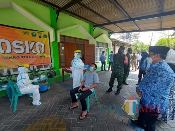 Wali Kota Malang Sutiaji saat menyaksikan petugas dari Puskesmas Dinoyo melakukan swab antigen kepada warga RW. 09, Kelurahan Tlogomas, Kecamatan Lowokwaru, Kota Malang, Senin (17/5/2021). (Foto: Tubagus Achmad/MalangTIMES)