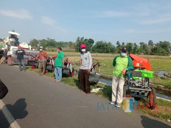 Beberap petani di Desa Kanigoro, Kecamatan Pagelaran, Kabupaten Malang saat berdiri di depan bantuan dari Mentan SYL (foto: Hendra Saputra/MalangTIMES)