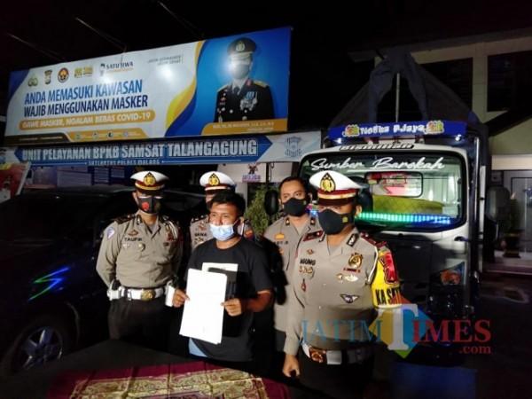 Kasatlantas Polres Malang, AKP Agung Fitriansyah (paling kanan) saat merilis sopir truk oleng beserta armadanya (foto: Hendra Saputra/MalangTIMES)