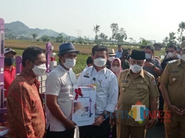 Petani Desa Kanigoro secara simbolis menerima bantuan alsintan dari Menteri Pertanian (foto: Hendra Saputra/ MalangTIMES)