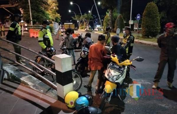 Petugas gabungan saat memberikan sosialisasi kepada warga di Kota Batu beberapa saat lalu. (Foto: istimewa)