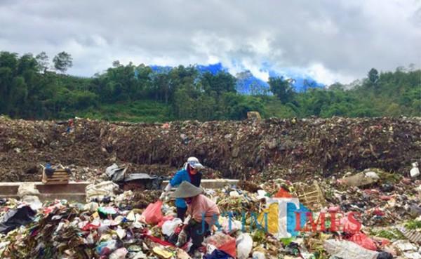 Petugas saat memilah sampah di TPA Desa Tlekung, Kecamatan Bumiaji. (Foto: Irsya Richa/MalangTIMES)