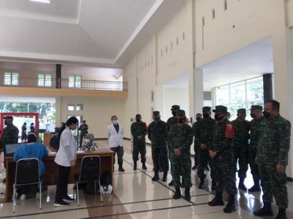 Suasana peninjauan vaksinasi purnawirawan TNI di RST dr Soepraoen, Selasa (18/5/2021). (Foto: Istimewa).
