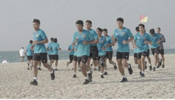 Tiba di Dubai, Timnas Indonesia latihan perdana di pantai (foto istimewa)