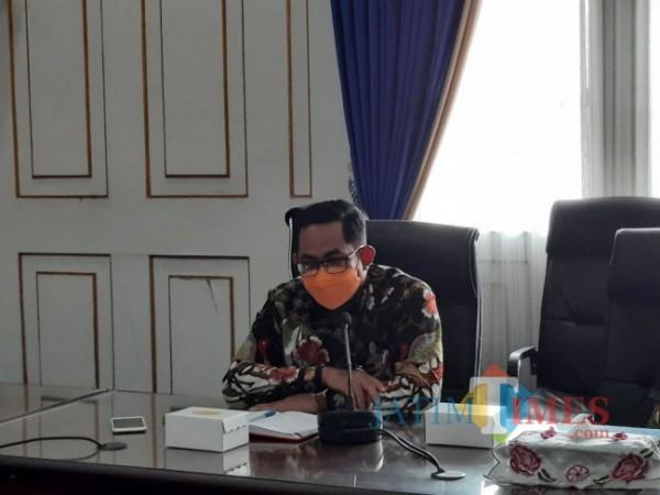 Kepala OJK Malang Sugiarto Kasmuri saat berada di ruang pertemuan Balai Kota Malang, Rabu (19/5/2021). (Foto: Tubagus Achmad/ MalangTIMES)