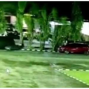 Heboh Video Mobil Parkir Gerak Sendiri Setelah Muncul Sosok Putih