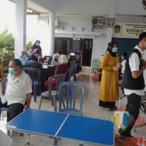 Vaksinator Puskesmas Paspan Jemput Bola Layani Pemberian Vaksin Lansia