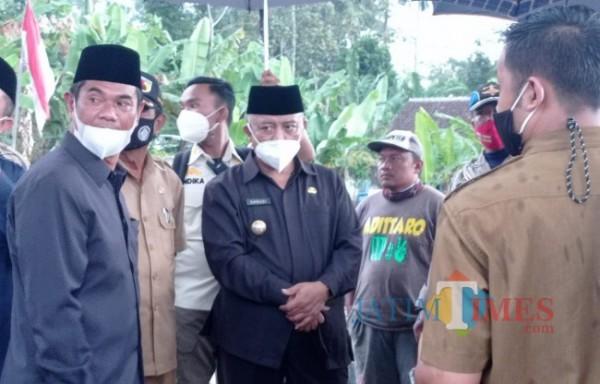 Bupati Malang HM Sanusi (tengah) saat meninjau lokasi bencana. (foto: Hendra Saputra/MalangTIMES)