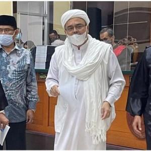 Kala Hakim Tegur Habib Rizieq yang Kenakan Atribut Palestina di Persidangan