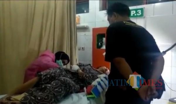 Korban saat ddirawat di puskesmas oleh tetangganya sebelum akhirnya dirujuk ke rumah sakit. (Foto: istimewa)