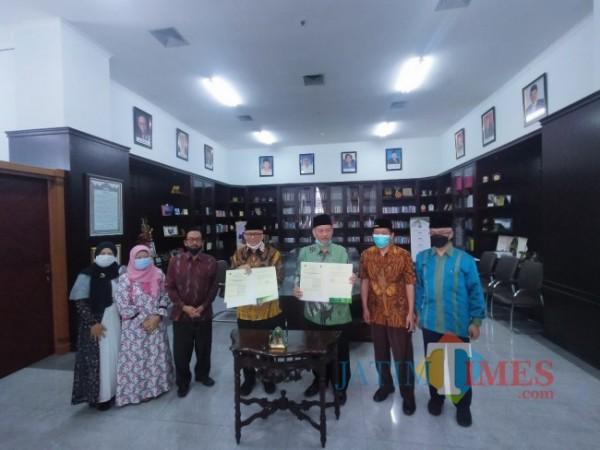 Prof Dr M Arskal Salim GP MAg Kepala Pusdiklat LKKMO Balitbang Kemenag (4 dari kiri) dan Rektor UIN Malang, Prof Abdul Haris (3 dari kanan) usai melakukan penandatanganan MoU (Anggara Sudiongko/MALANGTIMES)