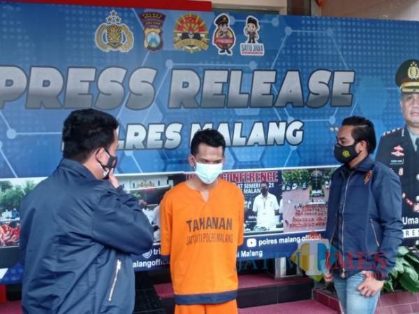 Rizki Maulidi (tengah) saat diinterogasi polisi di Mapolres Malang (foto: Hendra Saputra/MalangTIMES)