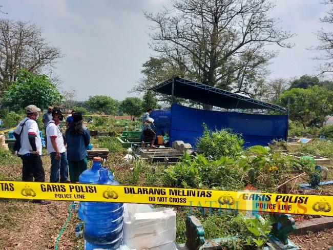 Tampak lokasi pembongkaran makam Siti Chotimah yang diberikan garis polisi.
