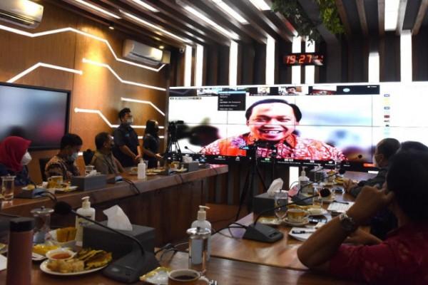 Wali Kota Kediri Abdullah Abu Bakar menyapa para diaspora dan perantau Kota Kediri yang tidak bisa mudik melalui silaturahmi virtual, Rabu (19/5) bertempat di Command Center Balaikota Kediri. (Foto: Ist)