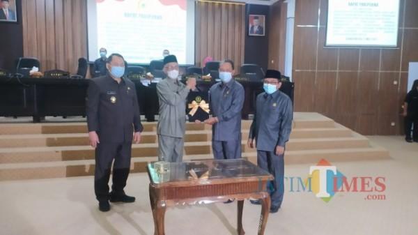 Bupati Bondowoso Salwa Arifin menerima berkas rekomendasi dari Ketua DPRD Bondowoso Ahmad Dhafir (Foto: Abror Rosi/JatimTimes)