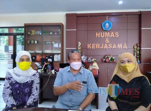 Dari kiri, Ketua Panitia Wisuda, Dr Maris Kurniawati, Wakil Rektor 1 Dr Sudi Dul Aji, dan Kepala Humas Unikama Retno Wulandari SE MSA Akt ACPA (foto: Anggara Sudiongko/ MalangTIMES)