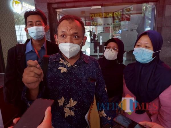 Kuasa Hukum Guru TK yakni Slamet Yuono (dua dari kiri) bersama kliennya yakni Guru TK berinisial S (paling kanan) ketika di Polresta Malang Kota, Kamis (20/5/2021). (Foto: Tubagus Achmad/MalangTIMES)