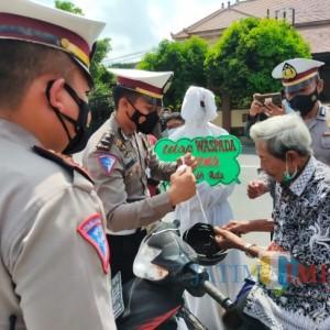 Hantu Pocong Ikut Polres Blitar ke Jalan Gaungkan Prokes