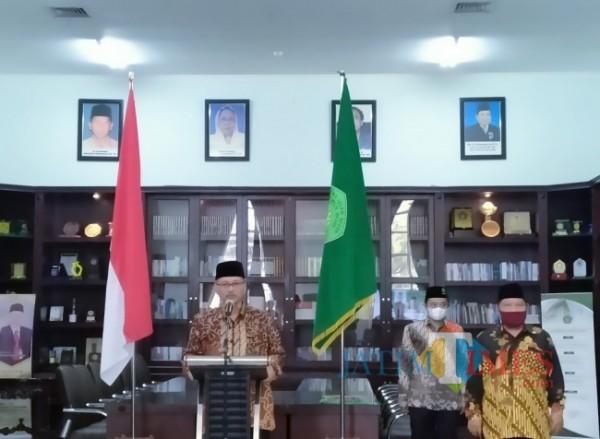 Rektor UIN Maliki Malang Prof Abdul Haris saat memberikan sambutan dan pesan kepada para pegawai (Anggara Sudiongko/ MalangTIMES)