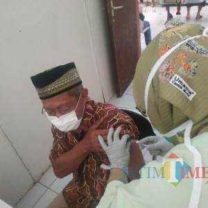 Bawa Dua Lansia, Pemuda Kota Batu Bisa Vaksin Covid-19