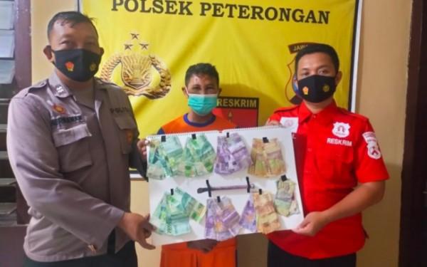 (tengah) Supardi (42), pelaku pencurian saat diamankan di Mapolsek Peterongan. (Istimewa)