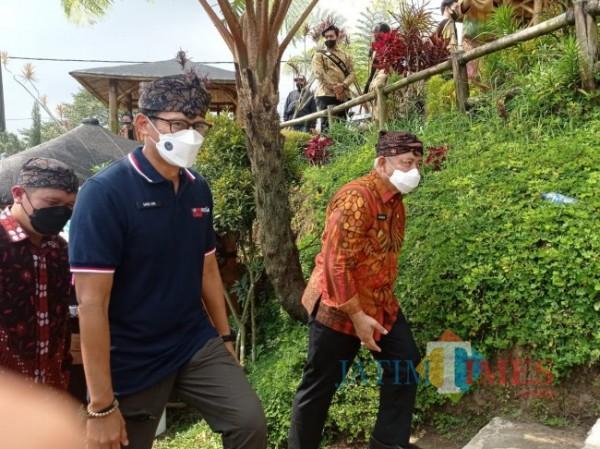 Bupati Malang HM Sanusi (kanan) saat mendampingi Menparekraf Sandiaga Uno keliling desa wisata Pujon Kidul (foto: Hendra Saputra/MalangTIMES)