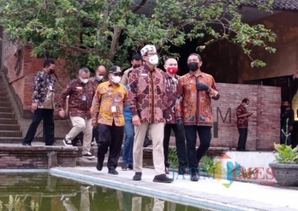 Menparekraf Sandiaga Uno (pakai kopiah batik) saat melihat Museum Panji (foto: Hendra Saputra/ MalangTIMES)