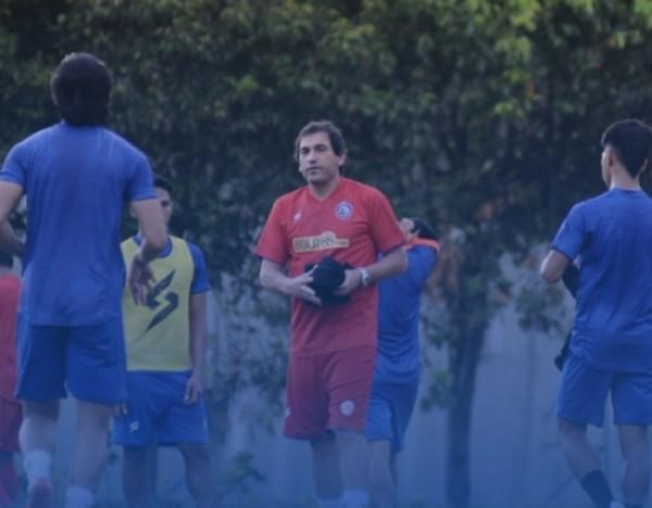 Pelatih Arema FC, Eduardo Almeida gelar latihan perdana bersama skuad Singo Edan (Foto istimewa)