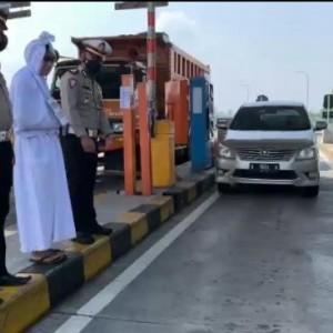 Ingatkan Ancaman Bahaya Covid-19, Satlantas Polres Malang Ajak Pocong Jadi-jadian ke Jalan Raya