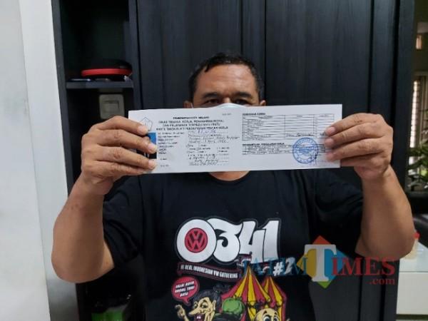 Salah satu masyarakat Kota Malang pemilik Kartu Pendaftaran Pencari Kerja, Sabtu (22/5/2021). (Foto: Tubagus Achmad/MalangTIMES)