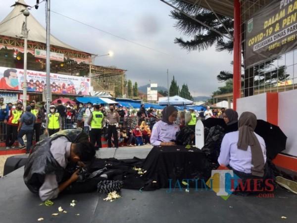 Pentas teatrikal dalam rangka sosialisasi Covid-19 dan penyalahgunaan narkoba di Alun-Alun Kota Batu pada Sabtu (22/5/2021) kemarin. (Foto: Irsya Richa/MalangTIMES)