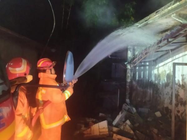 Petugas pemadam kebakaran saat memadamkan api di Dusun Lemah Putih, Desa Sumber Brantas, Kecamatan Bumiaji, beberapa waktu lalu. (Foto: istimewa)