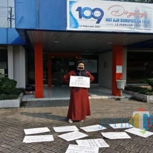 Klaim Asuransi Ratusan Juta Tak Terbayar, Ibu di Jombang Gelar Demo Tunggal