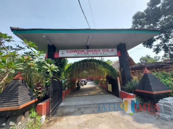 Gapura Jalan Lowokdoro Gang 4, Kelurahan Kebonsari, Kecamatan Sukun, Kota Malang, Senin (24/5/2021). (Foto: Tubagus Achmad/MalangTIMES)