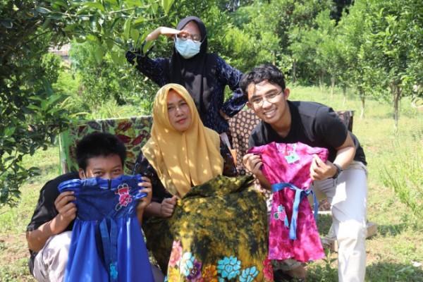 Ketiga mahasiswa Ilmu Komunikasi UMM bersama pendiri UMKM Batik Tulis Briliant. (Ist.)
