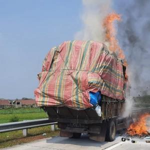 Truk Bermuatan Kertas Hangus Terbakar di Tol Jombang