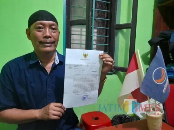 Sekretaris DPD Partai Nasdem Tulungagung Tatang Adi Wiyono menunjukkan surat dari Bupati Tulungagung, Senin 24/05/2021. (Foto: Muhsin/TulungagungTIMES).