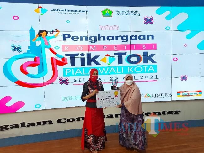 Etik Kurniasih ibu kandung Hikmatul Arifah Fitriani saat menerima hadiah secara simbolis.