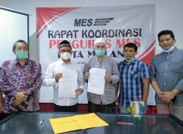Ketua MES Kota Malang, Makrus Sholeh (dua dari kiri) dan Pembina Halal Center Cinta Indonesia, Prof Dr M Bisri (tiga dari kiri) usia melakukan penandatanganan MoU (Anggara Sudiongko/MalangTIMES)