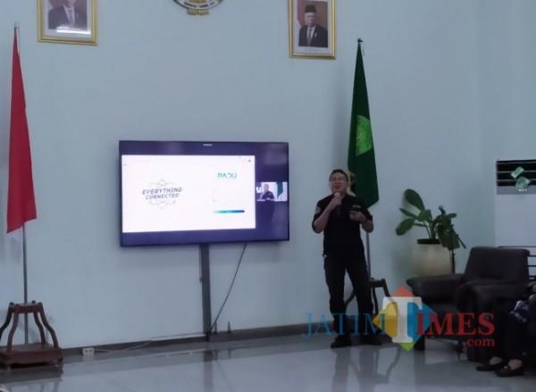 Ketua PTIPD Muchlis Fuadi SKom saat menjelaskan aplikasi PADU. (Foto: Anggara Sudiongko/MalangTIMES)