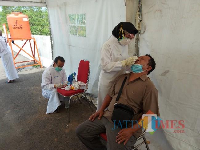 Salah satu pengendara sedang dilakukan swab antigen di Pos Pengamanan Exit Tol Madyopuro Malang.