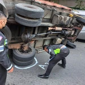 Tidak Jaga Jarak Aman, Truk Tabrak Median Jalan dan Oleng Menimpa Dua Kendaraan