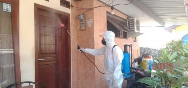 BPBD Kota Malang melakukan penyemprotan disinfektan di Jalan Tretes Selatan, RT 5 RW 5, Kelurahan Rampal Celaket, Kota Malang (foto: Mariano Gale/Jatim Times)