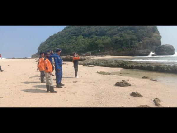 Beberapa petugas Satpolair Polres Malang dibantu TNI AL dan relawan saat akan melakukan pencarian korban laka laut (foto: Satpolair Polres Malang for MalangTIMES)