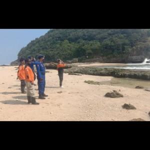 Kapal Basarnas Dikerahkan Mencari Tiga Wisatawan Terseret Ombak di Pantai Batu Bengkung