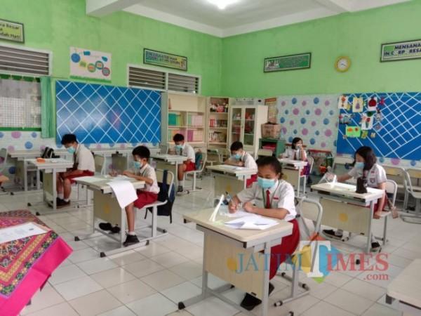 Beberapa siswa SD saat mengikuti ujian tatap muka di SDN Mojorejo 1. (Foto: Irsya Richa/MalangTIMES)